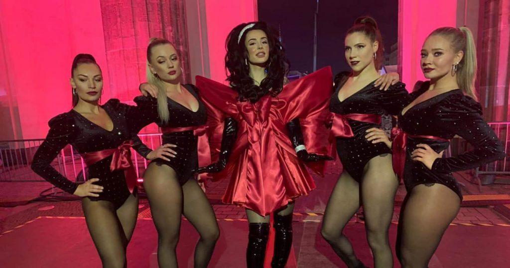 Vier verkleidete Tänzerinnen